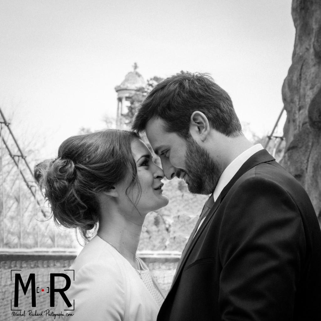 Les mariés se regardent amoureusement, en couple amoureux nez contre nez, front contre front, aux Buttes Chaumont