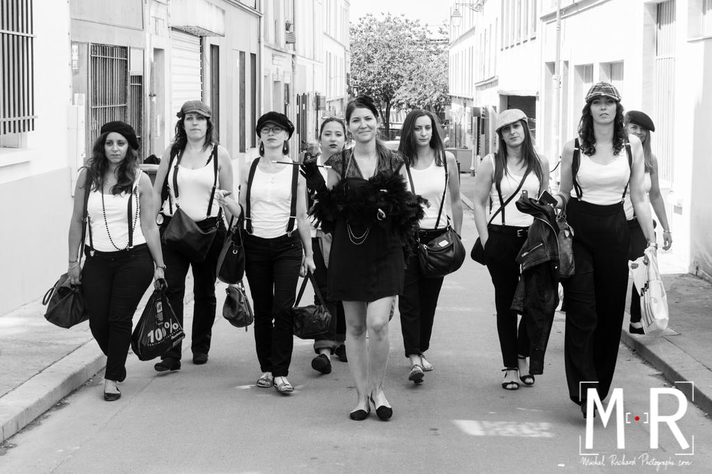 EVJF-Enterrement de Vie de Jeune Fille-Une bande de filles marche dans les rues de Paris-Michel Richard