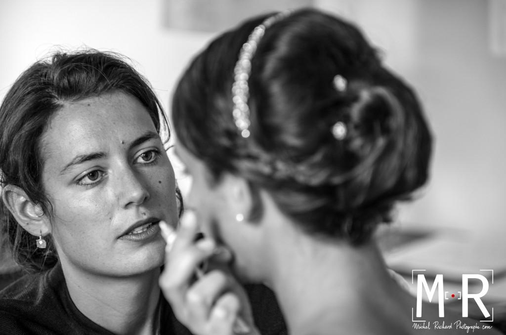 Mariage-preparatifs-maquillage-Michel-Richard- la témoin maquille la mariée