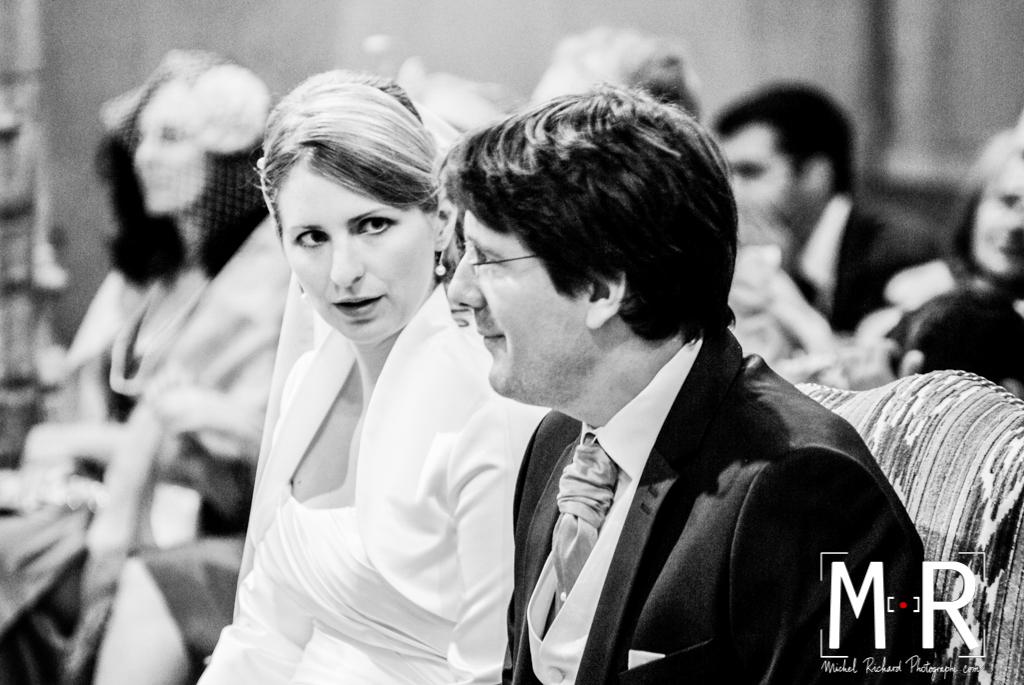la mariée regarde le marié à l'église pendant la cérémonie de mariage, la messe.