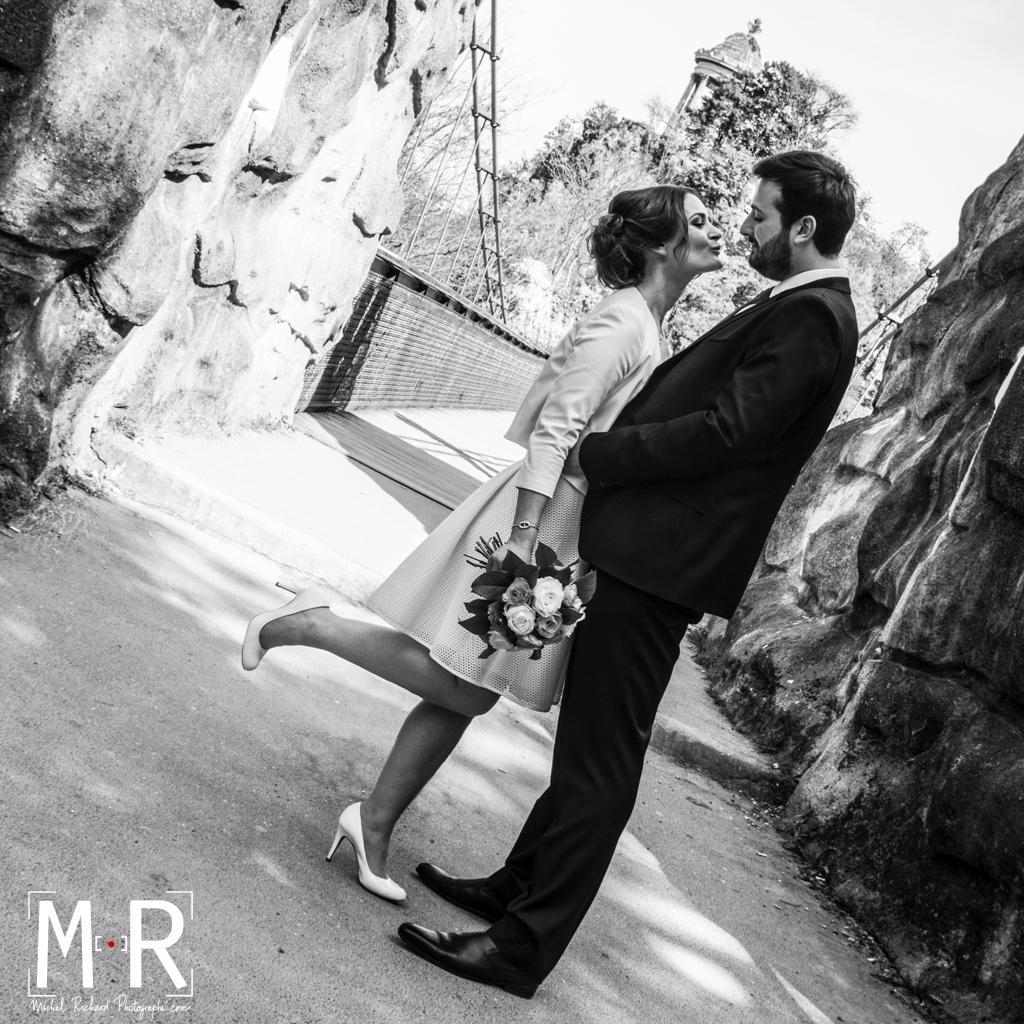 Mariage-Mariés-les mariés sur le pont suspendu des Buttes Chaumont-mariée en Audrey Hepburncouple-Noir et Blanc-Michel-Richard