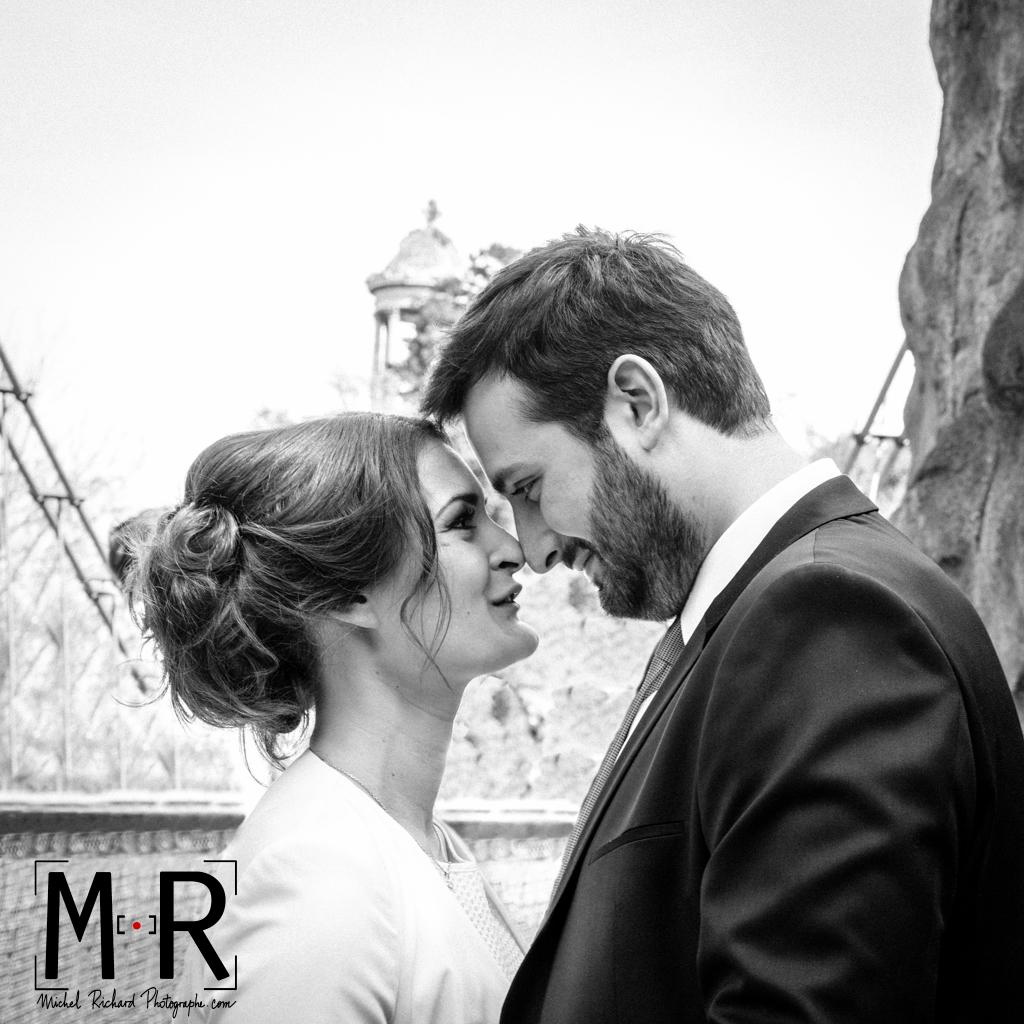 Mariage-Mariés se regardent aux Buttes Chaumont-couple-Michel-Richard
