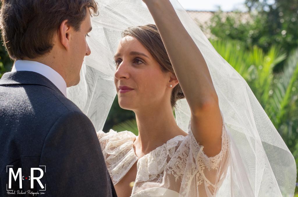Mariage-la mariée lève son voile et regarde le marié- regard intense- mariée amoureuse-couple-Michel-Richard