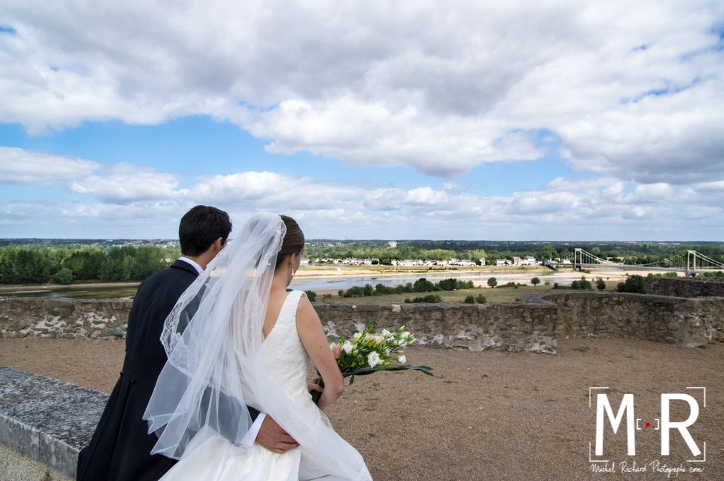 Mariage-Mariés amoureux devant paysage Loire pont-couple-Michel-Richard