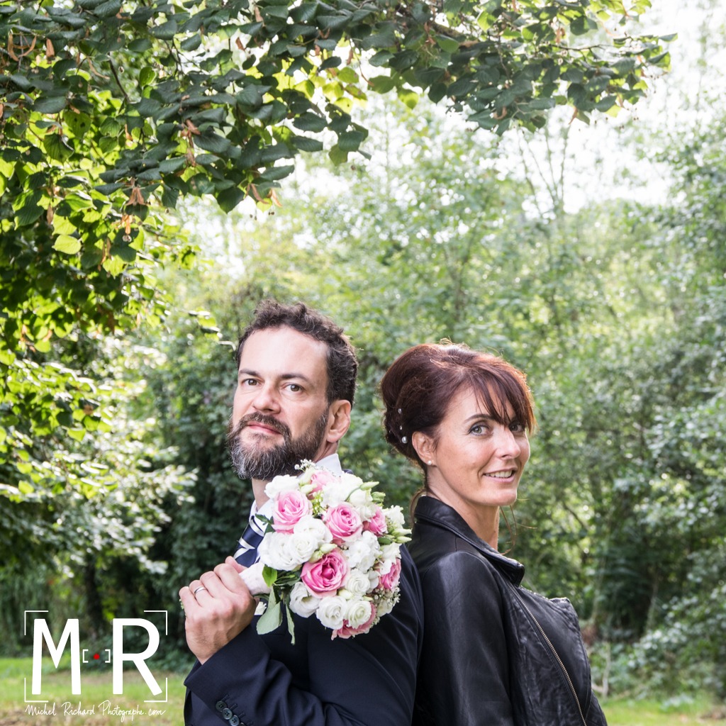 Mariage - marié au bouquet et mariée rock en perfecto
