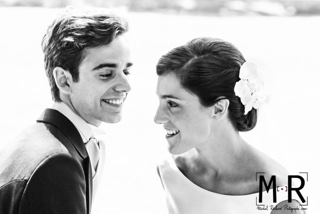 Mariage-le marié regarde la mariée-couple-Michel-Richard