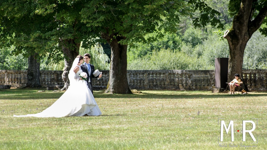 Mariage-Mariés se promènent dans le parc-couple-Michel-Richard