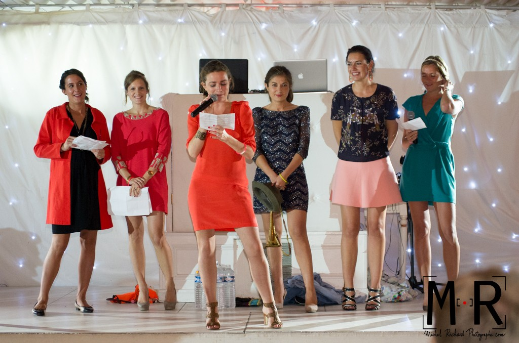 les témoins filles de la mariée lisent leur discours