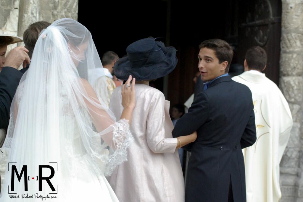 le marié se retourne et regarde la mariée avant l'entrée dans l'église pour leur cérémonie de mariage religieux