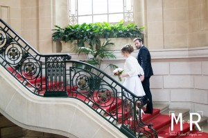 les mariés montent l'escalier de la mairie avant la cérémonie de mariage.