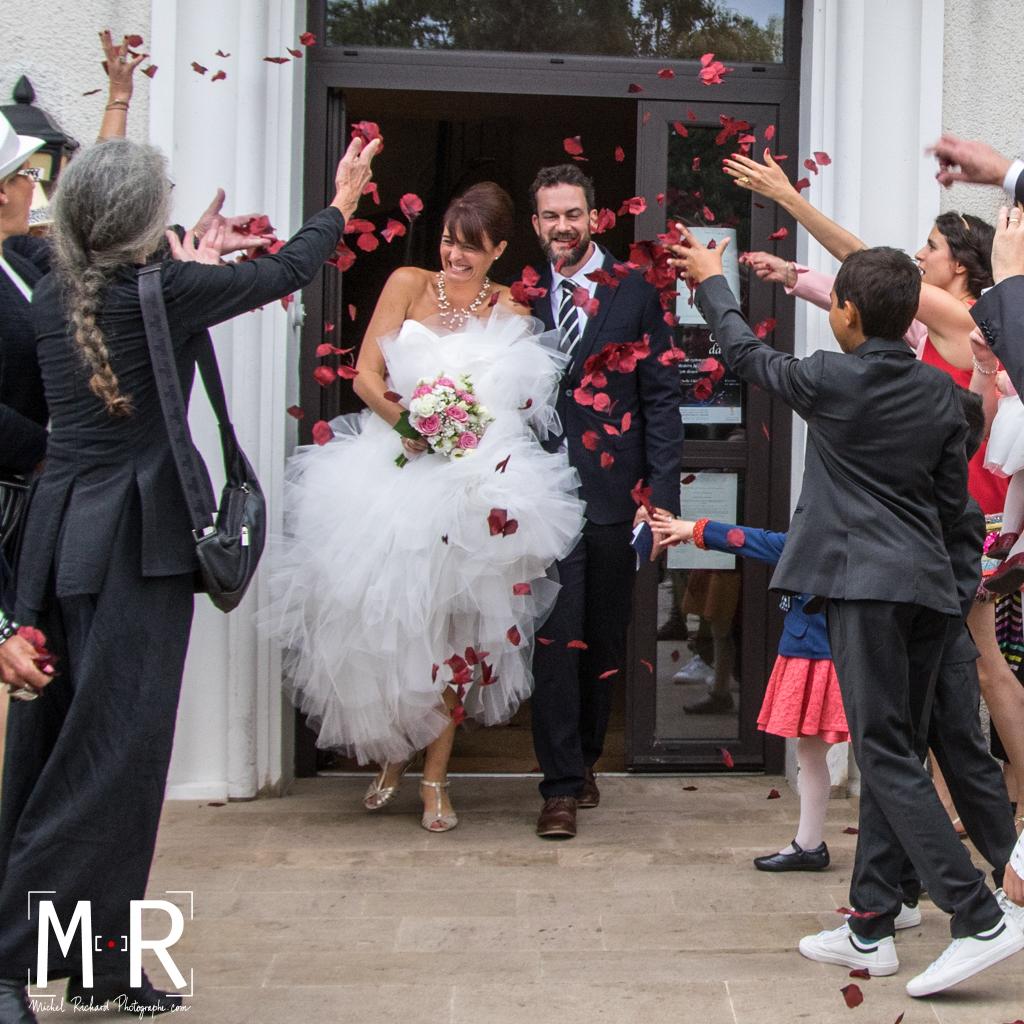 les mariés en sortie de mairie après la cérémonie mariage