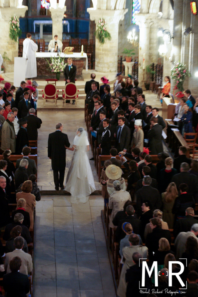 la mariée et son père se regardent, le marié regarde la mariée, lors de l'entrée dans l'église pour leur cérémonie de mariage. messe de mariage.