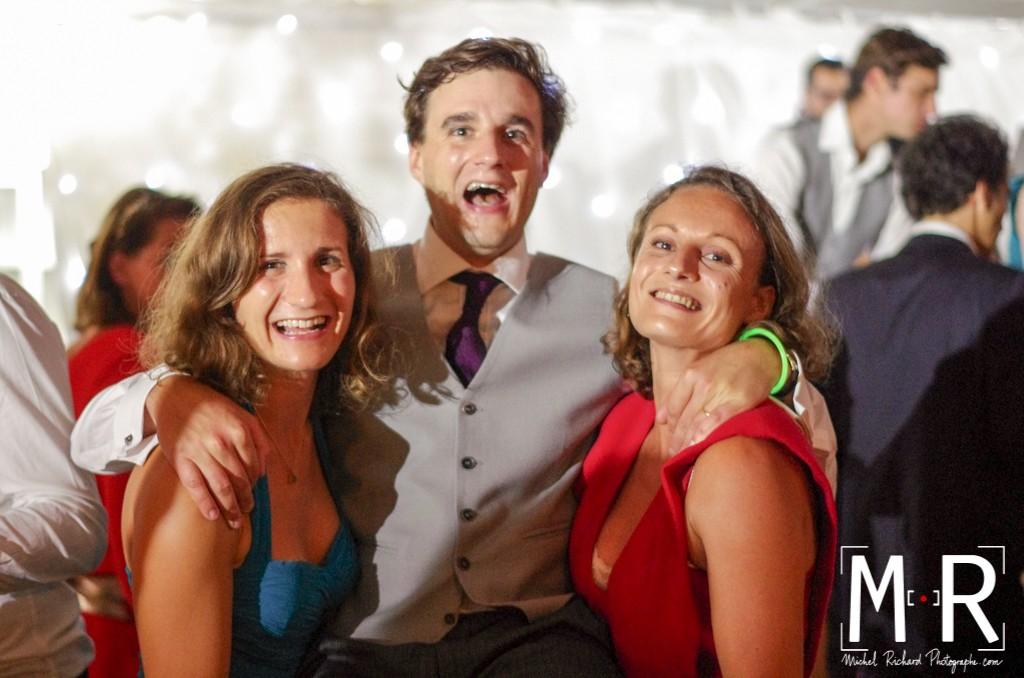 le marié danse et rit avec sa famille et ses soeurs