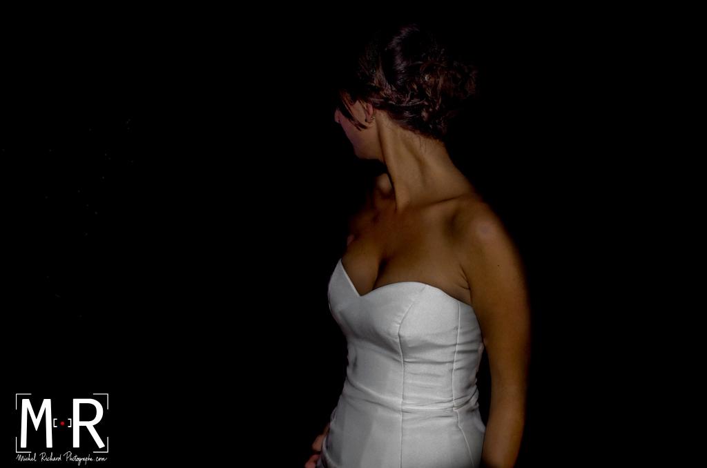 la mariée danse et montre sa belle robe bustier