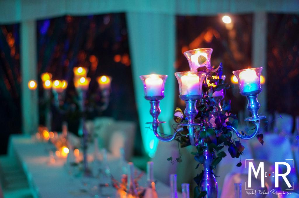 le bougeoir candélabre décore la table du mariage