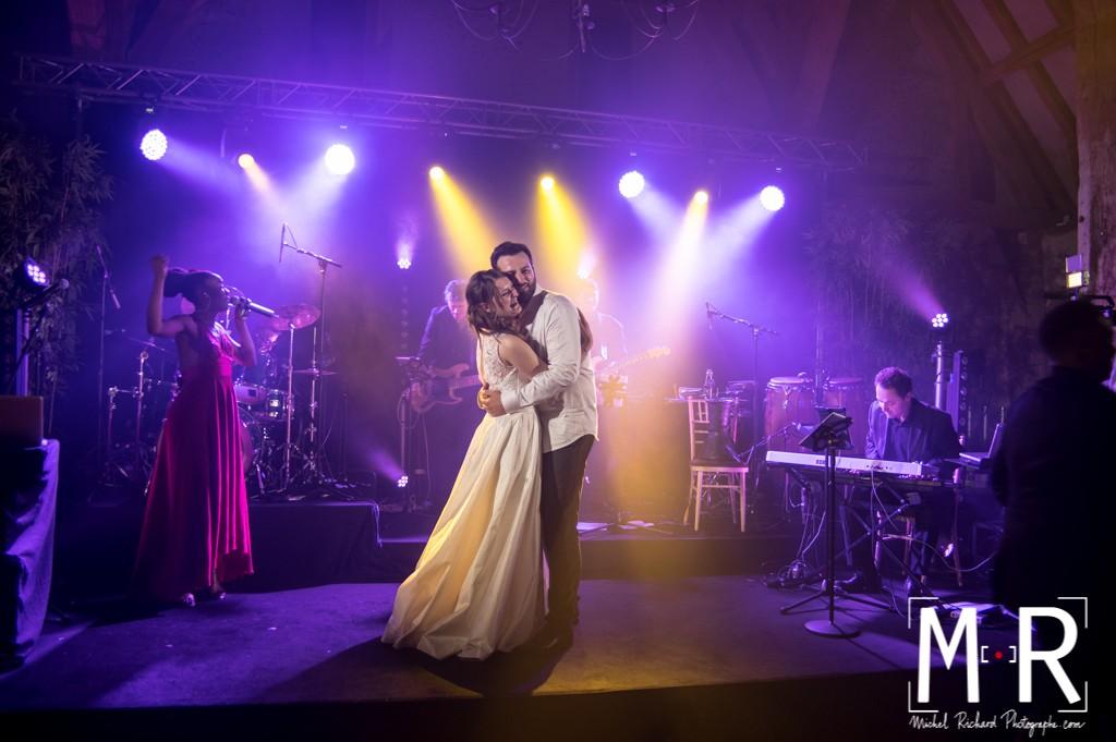 les mariés rient, dansent et se serrent dans les bras