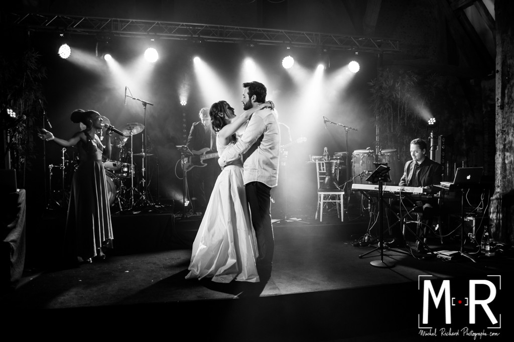 les mariés dansent leur première danse sur scène