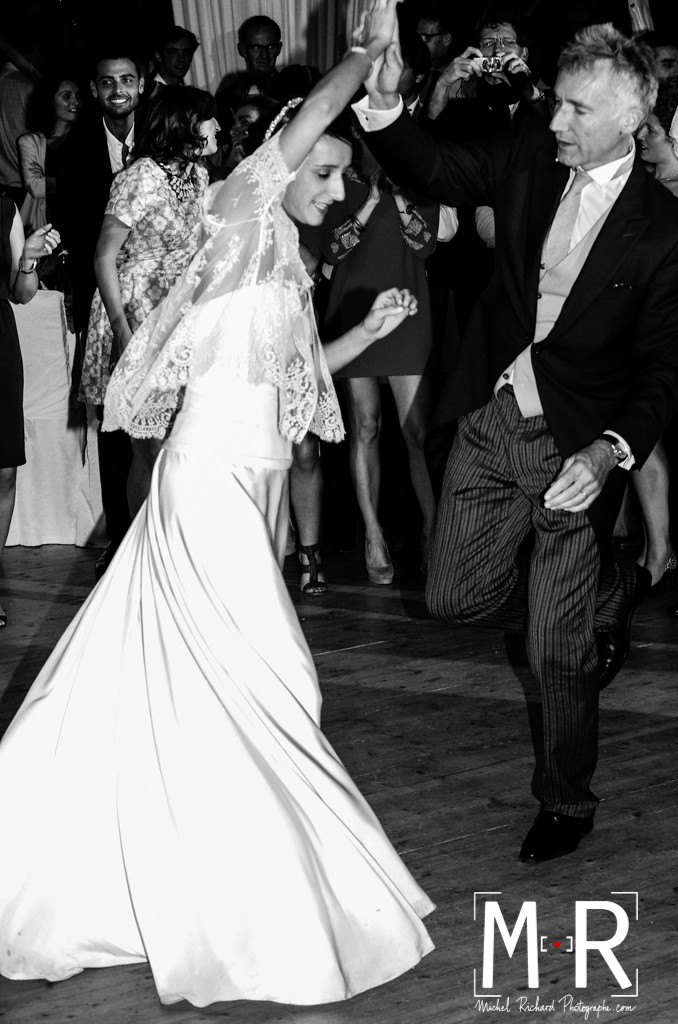 le père de la mariée danse le rock avec la mariée