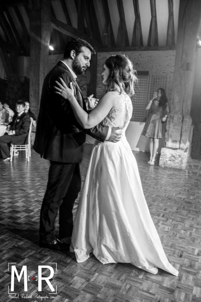 les mariés dansent leur première valse