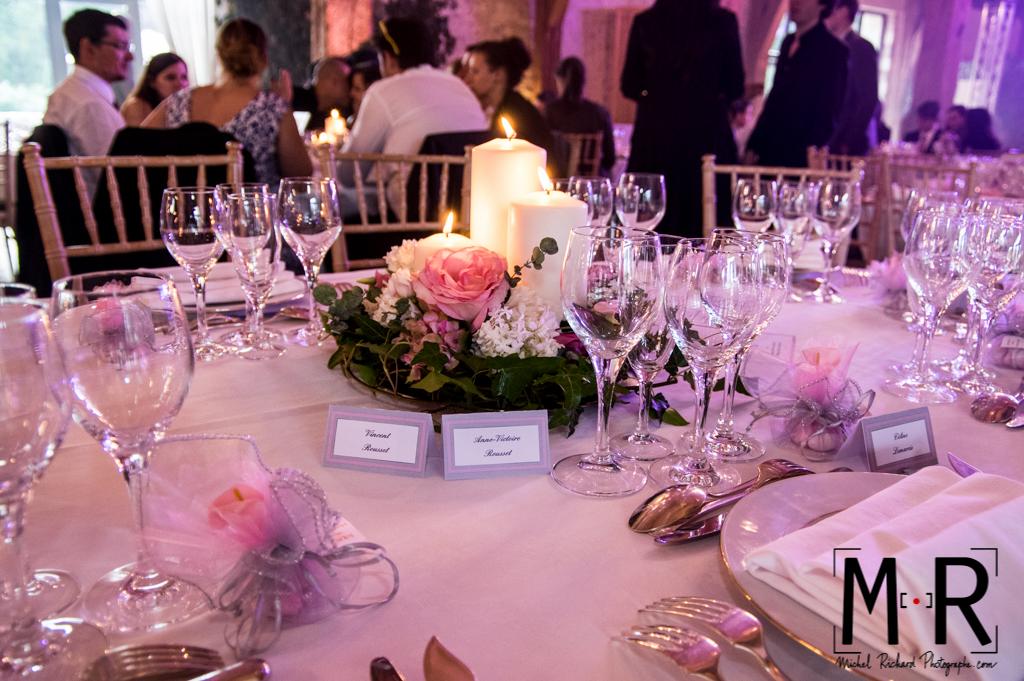 bougies et décoration florale sur la table de mariage