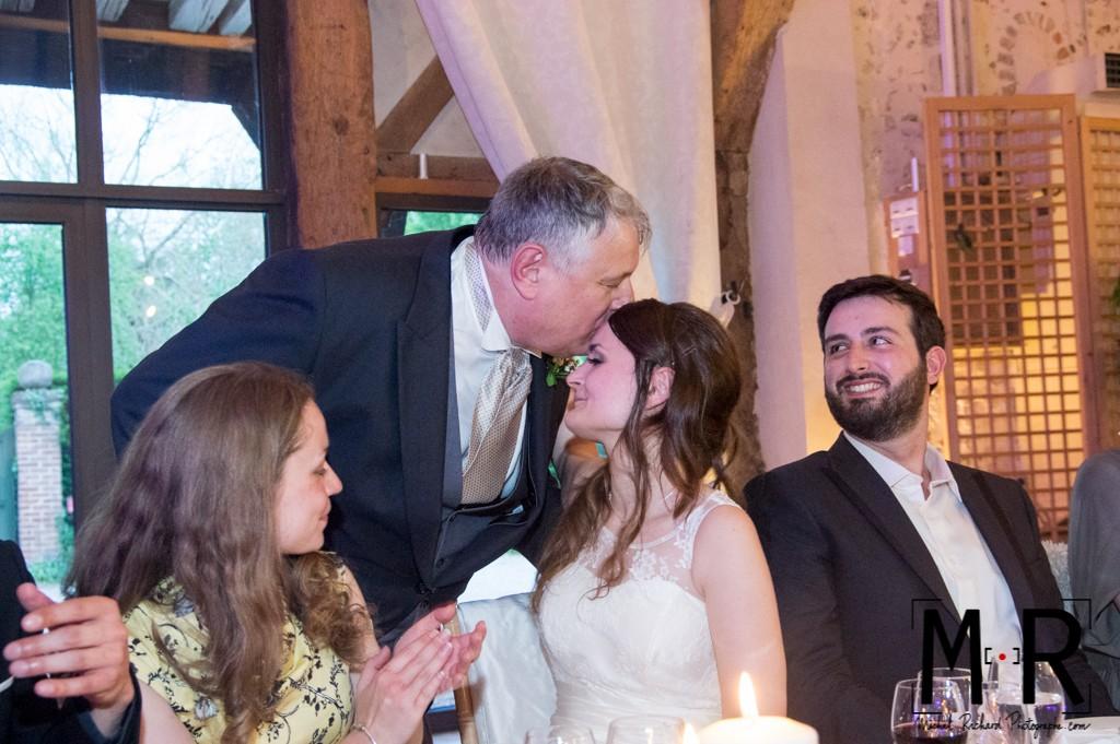 le père de la mariée embrasse sa fille après le discours
