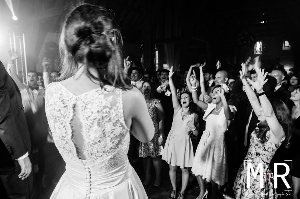 les invités acclament et fêtent les mariés après le dîner pendant la soirée. photo en noir et blanc.