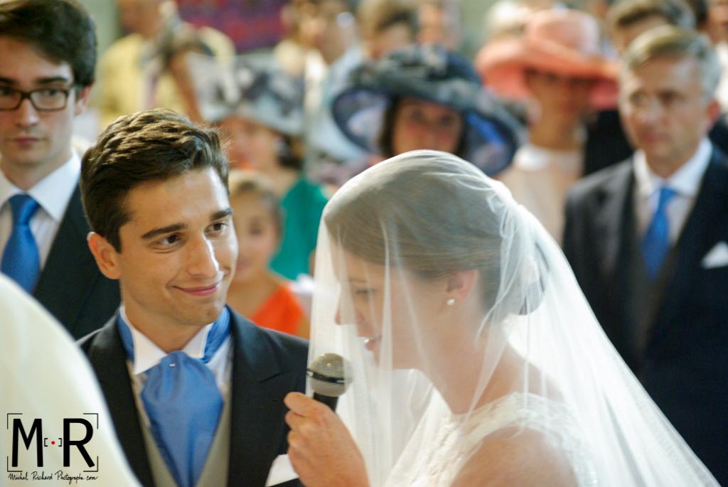 La mariée dit oui. Le marié amoureux regarde la mariée pendant la cérémonie de mariage, la messe.