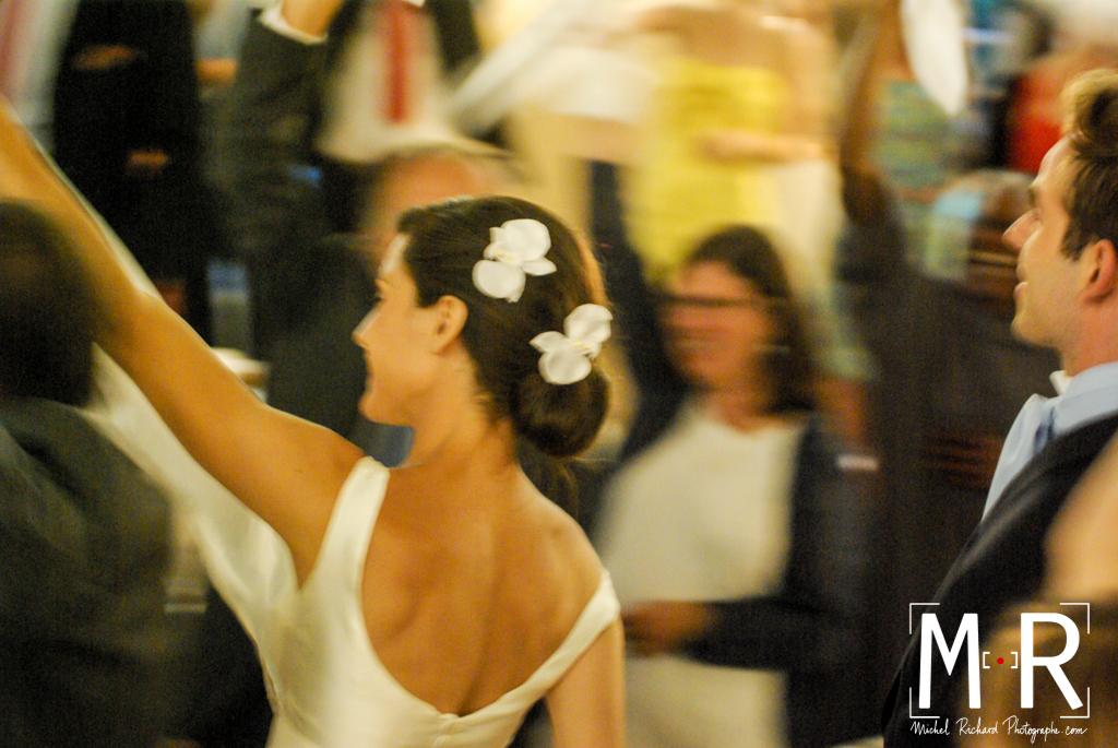 les mariés entrent en musique dans la salle de réception avec les serviettes qui tourbillonnent