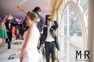 les mariés entrent en musique dans la salle de réception et laissent éclater leur joie. Les invités font tourner les serviettes.