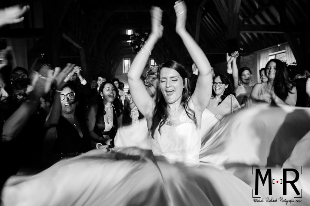 la mariée danse et fait tourner sa robe