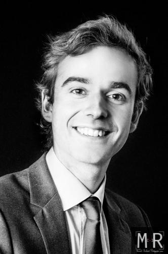 portrait viadeo-linkedin d'un jeune diplomé en noir et blanc