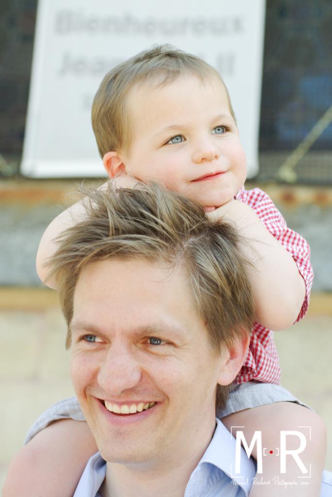 garçon heureux sur les épaules de son père