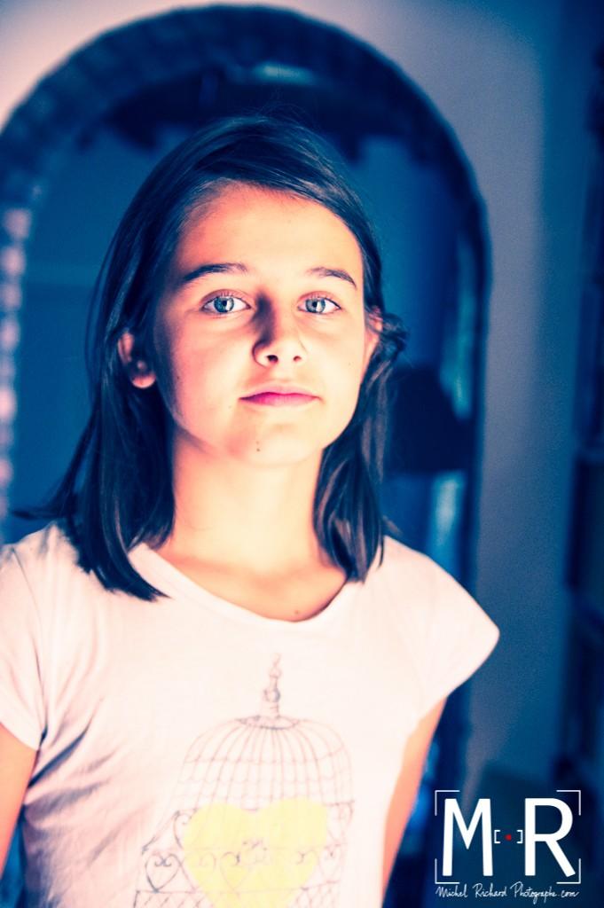 une jolie fille devant une arche. photo mode en traitement croisé