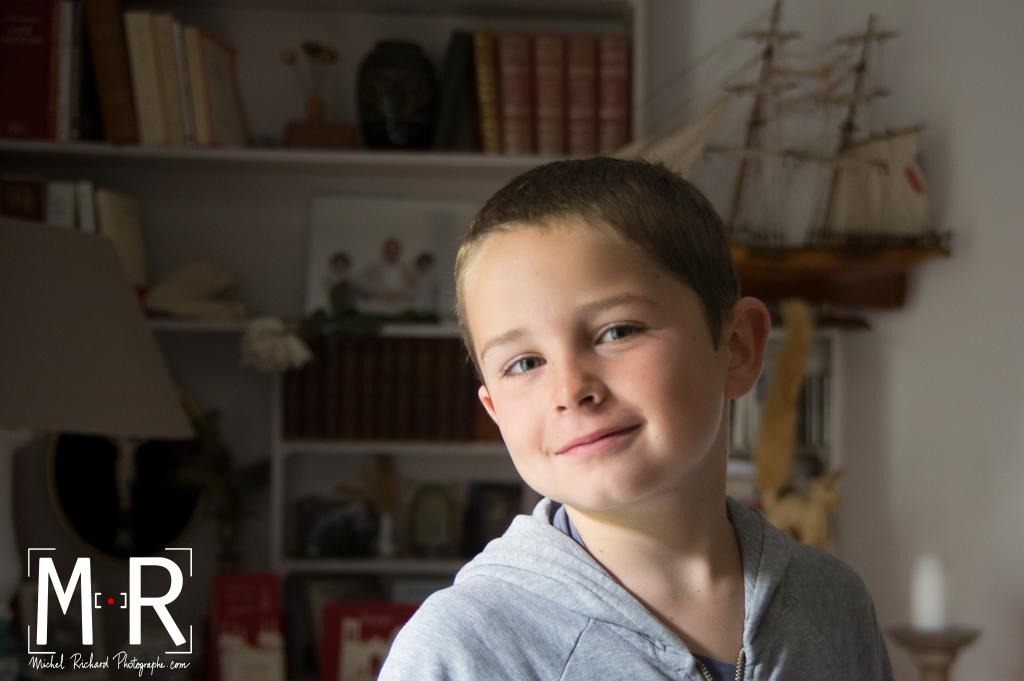 jeux d'ombres et de lumières sur le visage d'un enfant, fils de marin