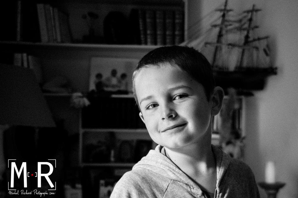 jeux d'ombres et de lumières sur le visage d'un enfant, fils de marin. photo noir et blanc