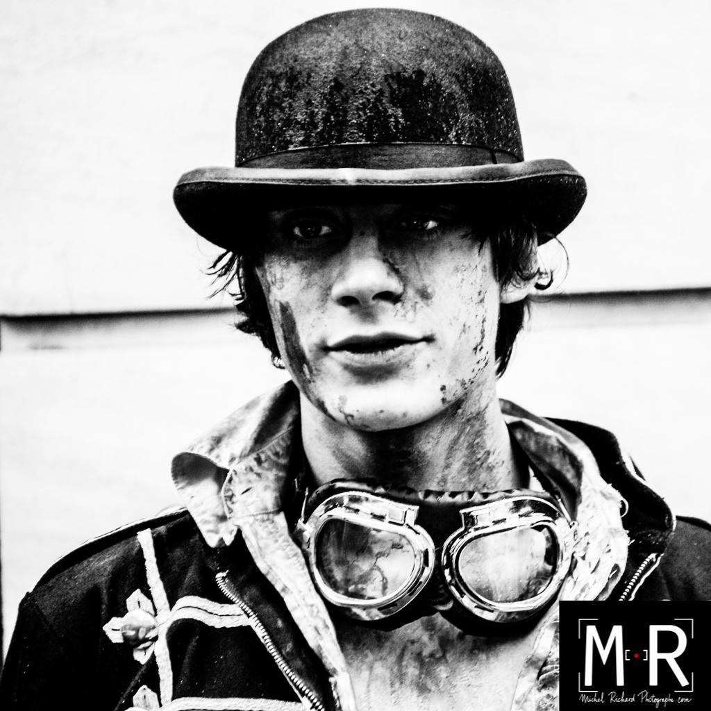 portrait de jeune homme en noir et blanc, type mad max - far west.