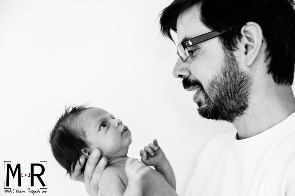 le nouveau-né regarde son père. papa parle à bébé. Noir et blanc
