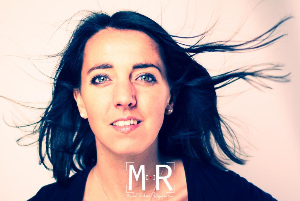 portrait de femme cheveux au vent avec ventilateur.