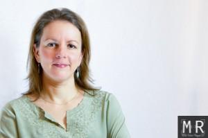 portrait reseaux sociaux professionnels jeune femme cadre fonds blanc