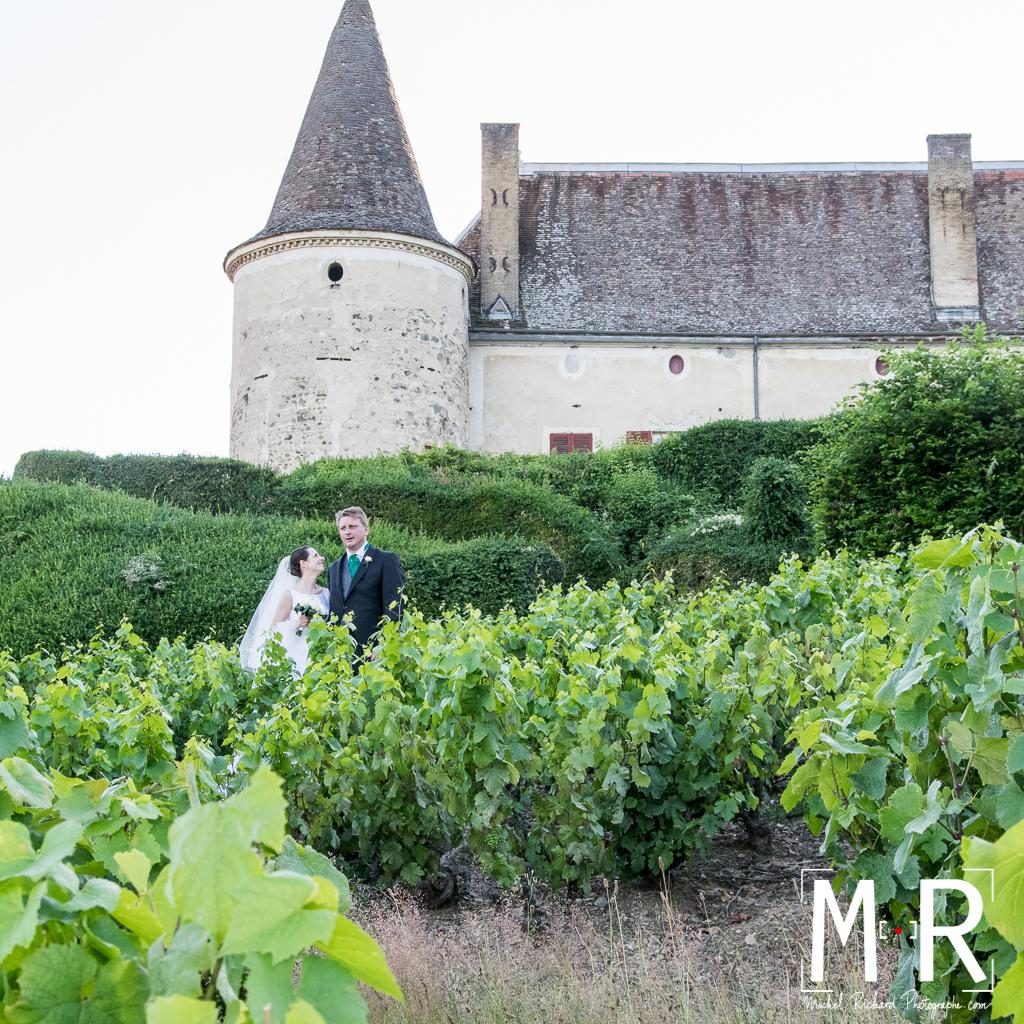 mariés dans vignoble de Bourgogne devant chateau