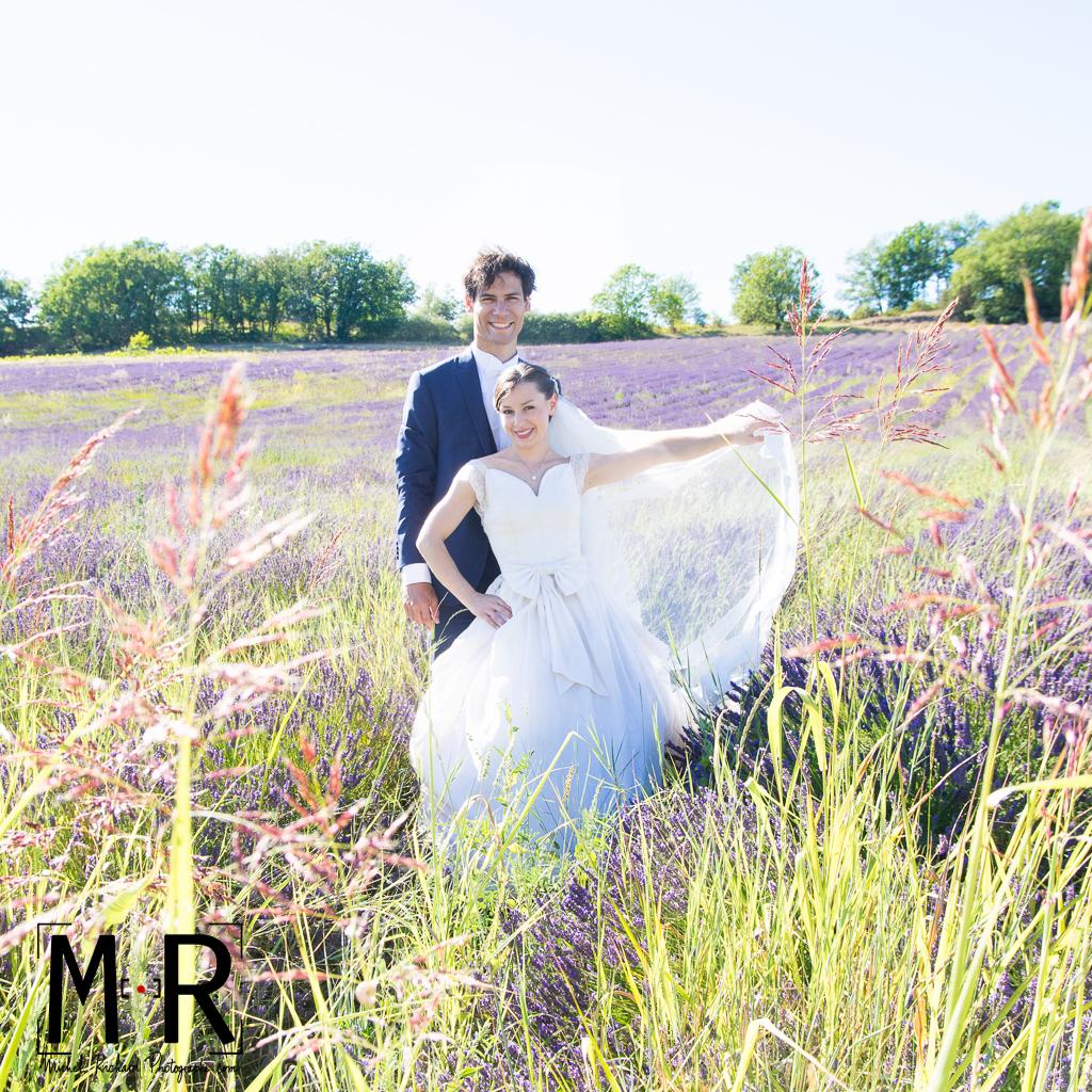 Portrait des mariés dans champ de lavande en Provence