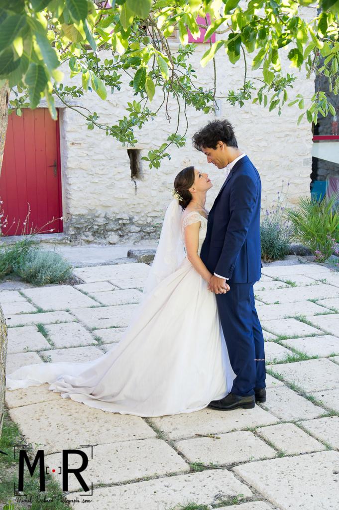 Portrait des mariés amoureux avec feuillage