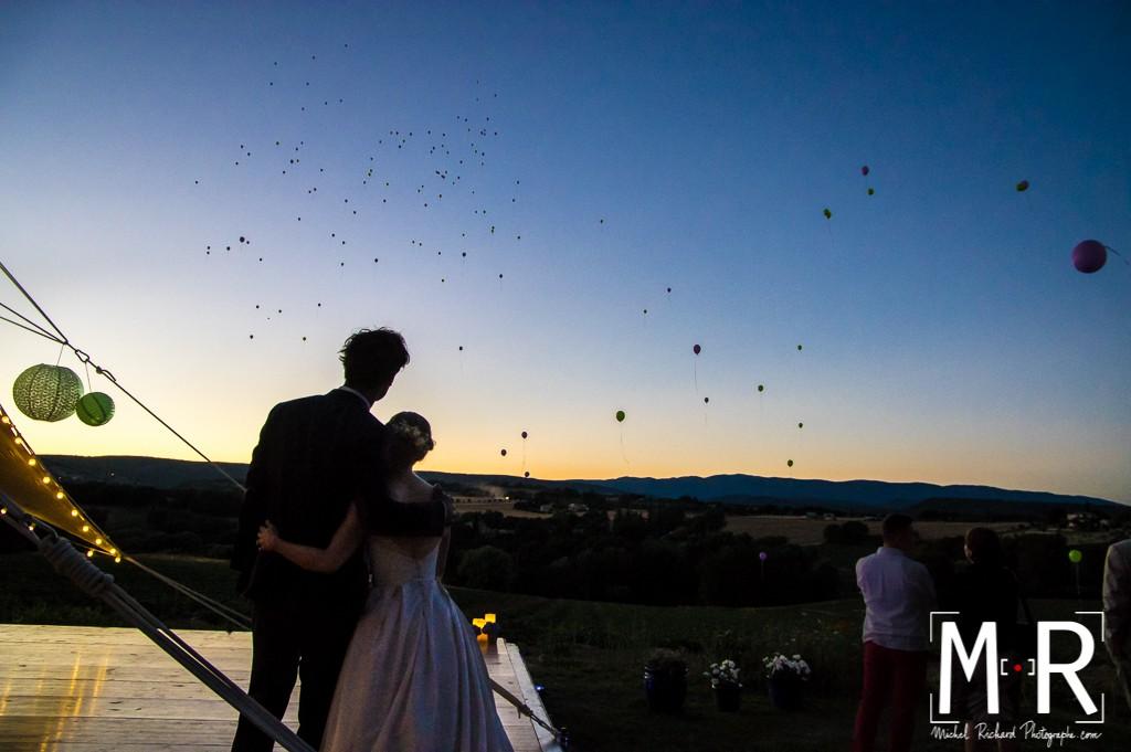 couple mariage en contrejour au crépuscule à l'heure bleue - lâcher de ballons