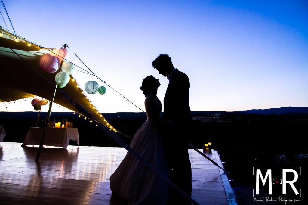 couple mariage en contrejour au crépuscule à l'heure bleue