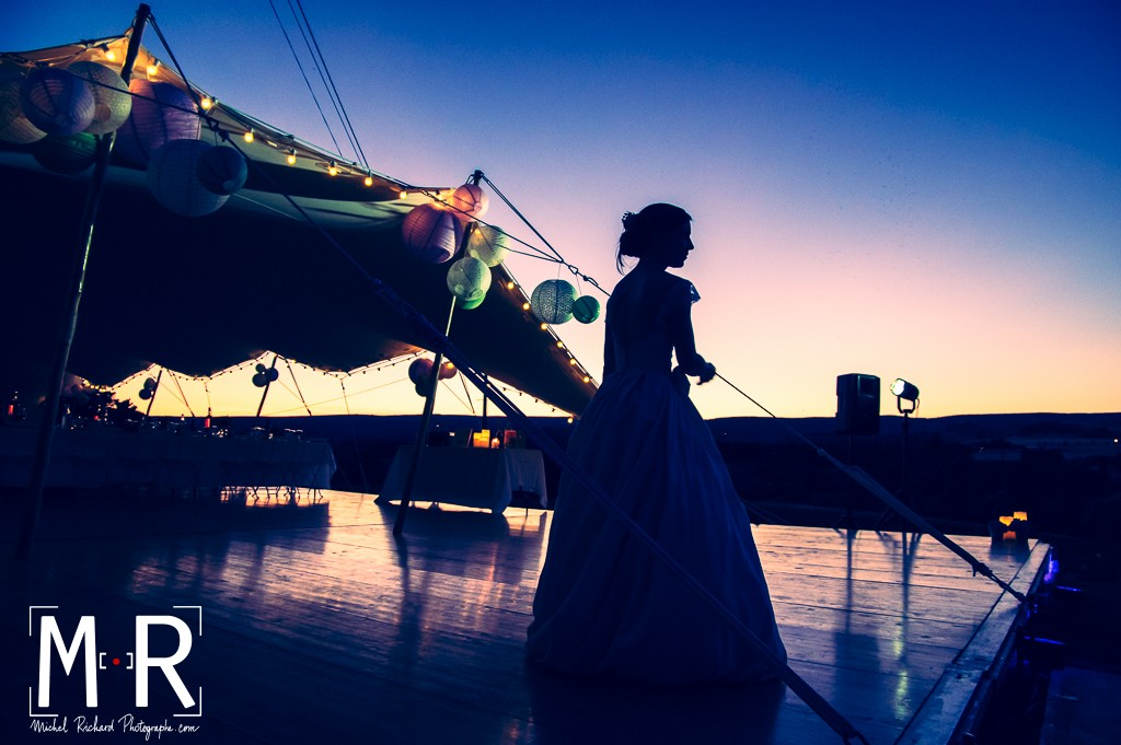 mariée en contrejour au crépuscule à l'heure bleue