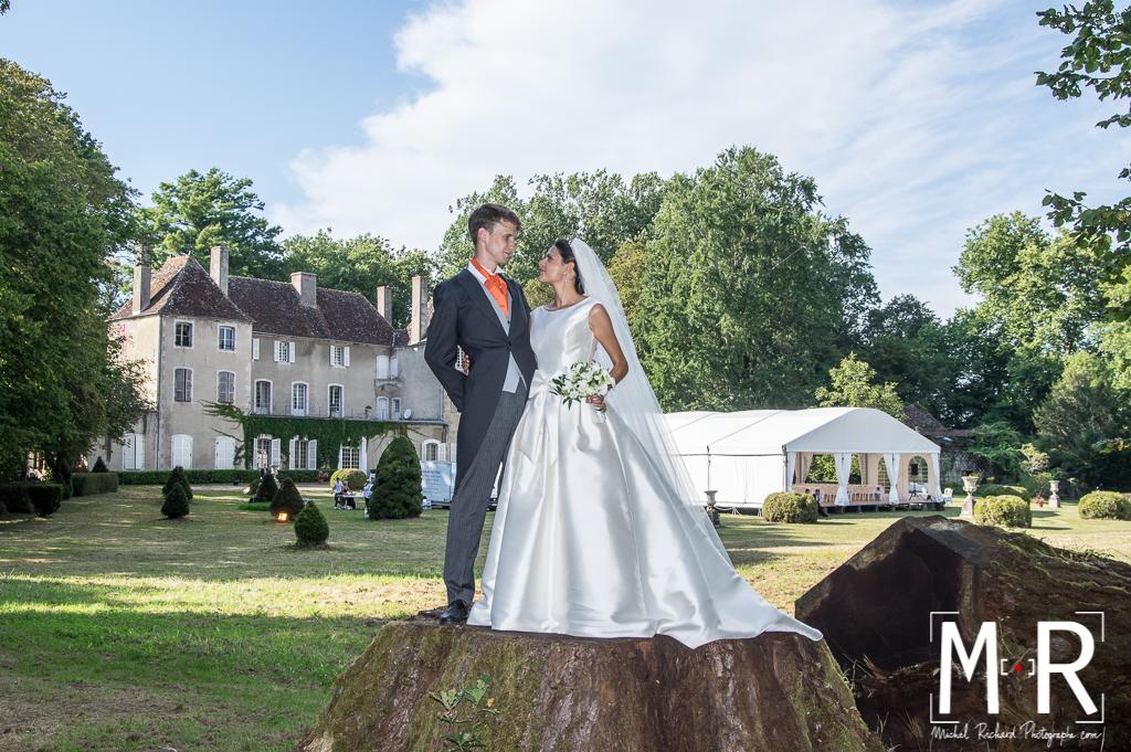 portrait des mariés - sur piédestal devant le chateau
