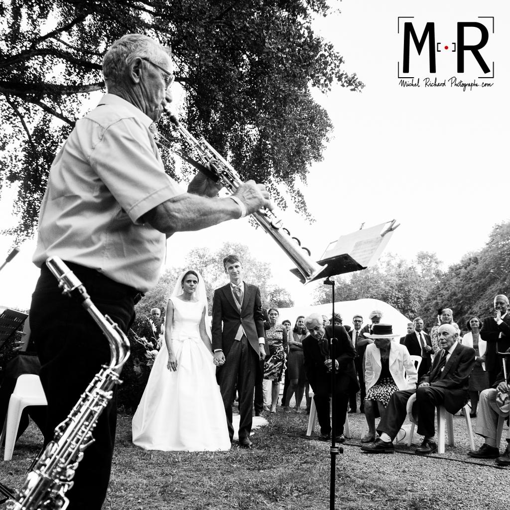 les mariés écoutent les musiciens