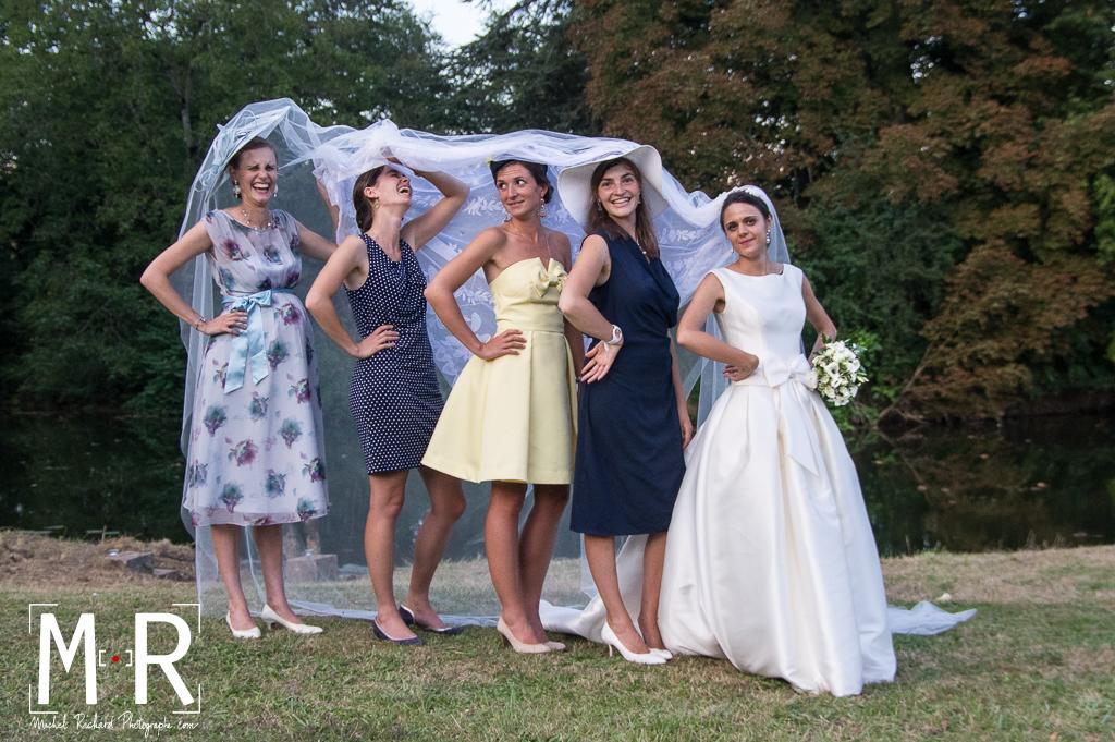 temoins sous le voile avec la mariée