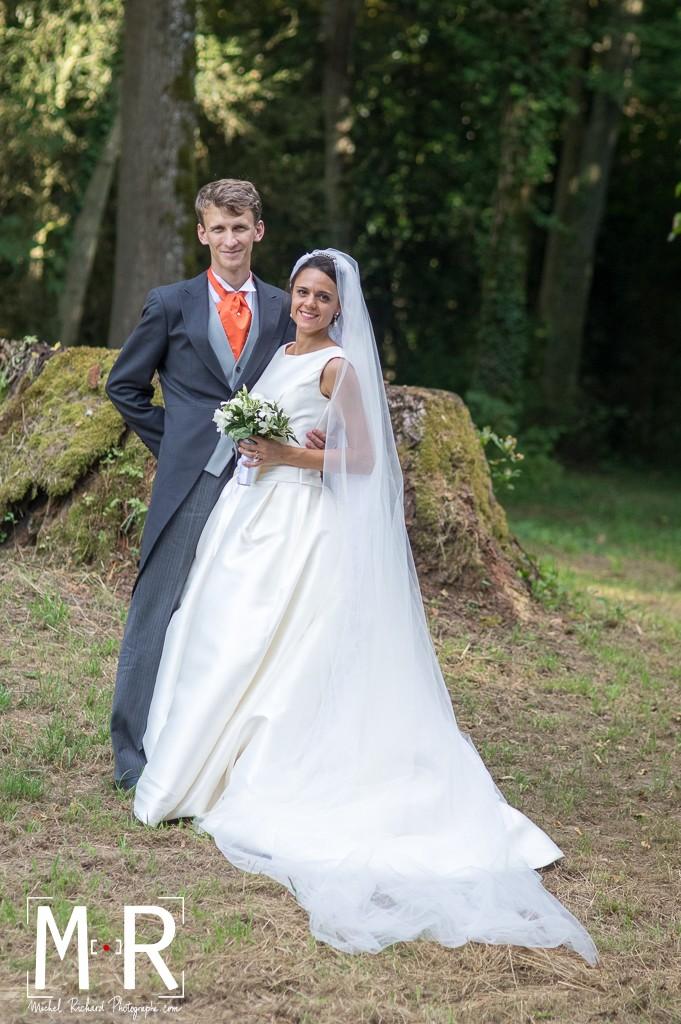 portrait des mariés en pied dans la forêt