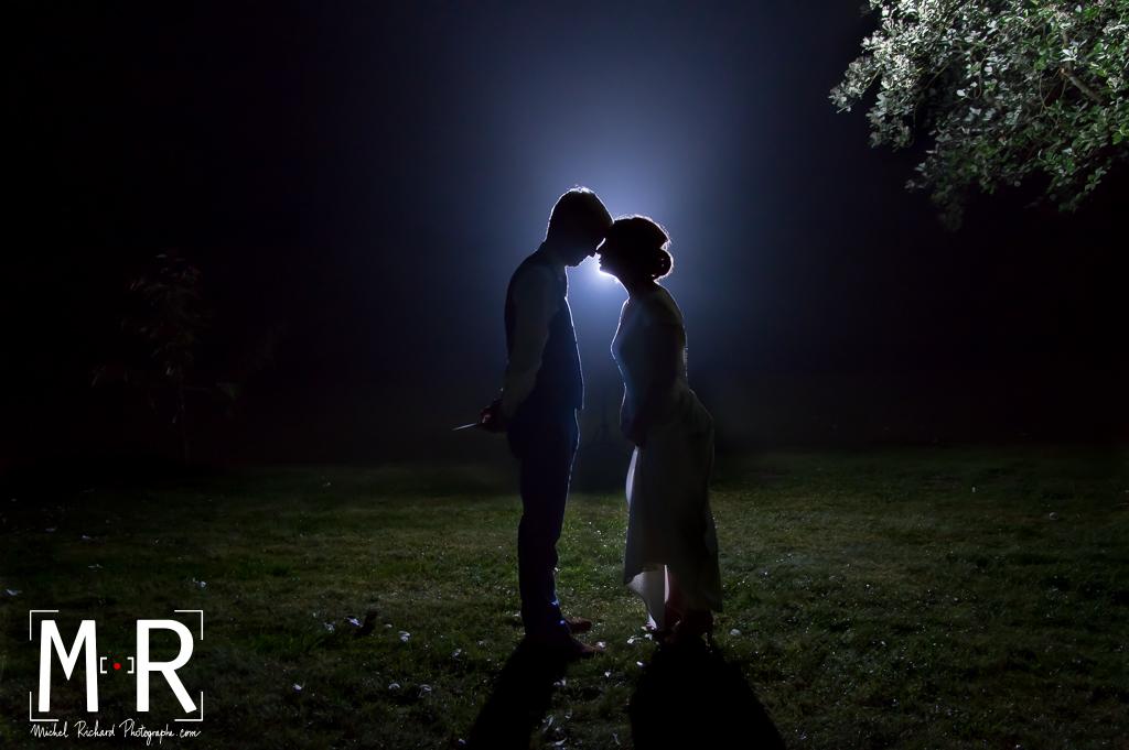 mariés en contrejour de flash la nuit - rayon de lune